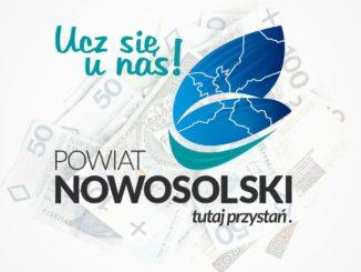 """Logo Powiatu Nowosolskiego """"Ucz się u nas"""" na tle pieniędzy"""