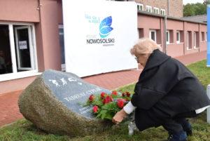 Martina Cyplik składa kwiaty podobeliskiem Tadeusza Cyplika