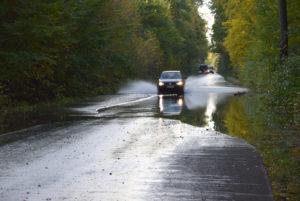 Woda przelewa się przezdrogę 1027F relacji Stany - Lipiny