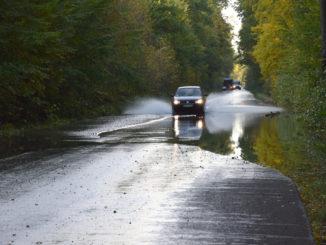 Woda przelewa się przez drogę 1027F relacji Stany - Lipiny