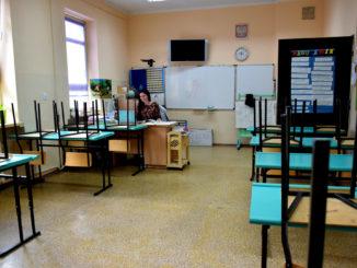 SOSW - zajęcia zdalne, w klasie nie ma uczniów, a nauczyciele pracją przy komputerach