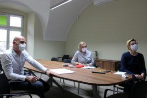 Członek Zarządu Powiatu Nowosolskiego Sylwia Wojtasik oraznaczelnik Wydziału Oświaty, Kultury iSpraw Społecznych Bogumiła Sadowa spotkały się pracownikami Uniwersytetu Zielonogórskiego orazdyrektorami wszystkich szkół ponadpodstawowych