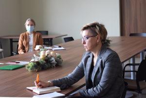 Uczestnicy narady zostali zapoznani przezprzewodniczącą zespołu - Członka Zarządu Powiatu Nowosolskiego Sylwię Wojtasik zprowadzącymi projekt pracownikami Uniwersytetu Zielonogórskiego