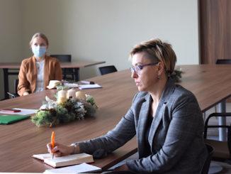 Uczestnicy narady zostali zapoznani przez przewodniczącą zespołu - Członka Zarządu Powiatu Nowosolskiego Sylwię Wojtasik z prowadzącymi projekt pracownikami Uniwersytetu Zielonogórskiego