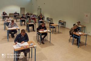 Uczniowie CKZiU Elektryk podczas części pisemnej egzaminów zawodowych