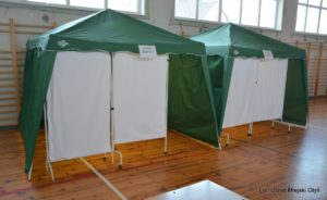 Namioty dobadań wsali gimnastycznej SP wNiedoradzu