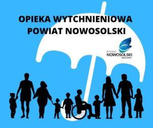 Grupa ludzi wróżnym wieku, wtym osoba niepełnosprawna nawózku podparasolem zlogiem powiatu