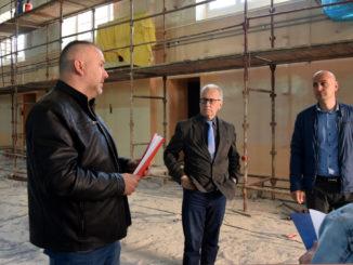 Rada budowy sali gimnastcyznej przy ul. Wróblewskiego z udziałem inspektora nadzoru inwestorskiego, wicestarosty oraz dyrektora ZSP nr 2